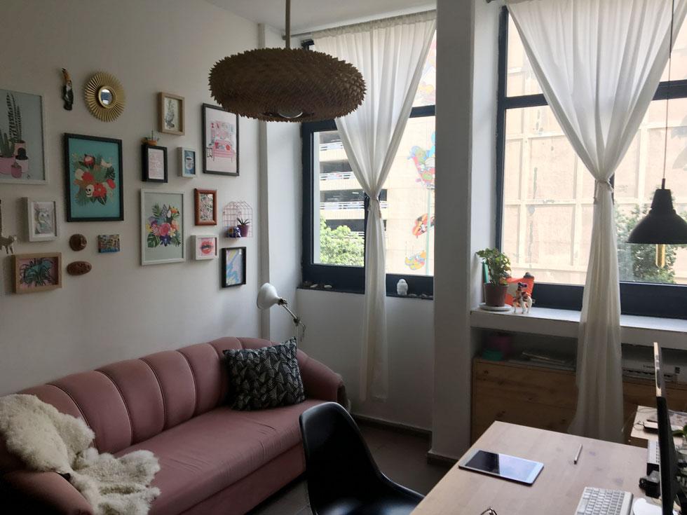 הדירות המוסבות הן בנות שני חדרים - סלון עם מטבח פתוח אליו, חדר שינה וחדר רחצה. יש להן חלונות גדולים, הן מוארות היטב ומעוצבות בקו מודרני ונקי. שכר הדירה עומד על 4,200 שקלים בחודש + 600 שקלים חודשיים דמי ניהול, הכוללים גם ארנונה, מים, כבלים, ניקיון ותחזוקה   (צילום: דקל גודוביץ)