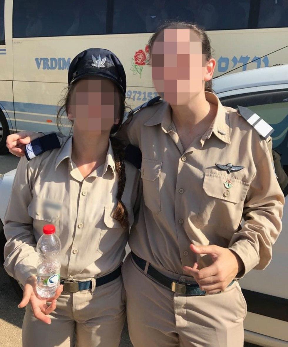 סגן א' וסגן י' שתי חברות מהתיכון שסיימו קורס טייס ()