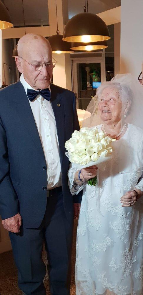 Через 70 лет мечта Шошаны о настоящем свадебном платье стала явью. Фото: семейный архив