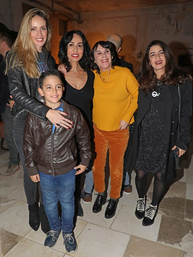 כמעט משפחה. דאנה איבגי, אורלי זילברשץ, ריטה , מלי לוי ובנימין שובה (צילום: דנה קופל)