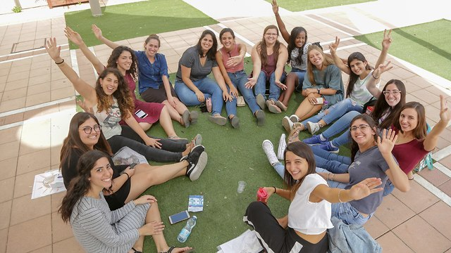 סטודנטים יושבים על הקרקע ומנופפים לשלום (צילום: אדי ישראלי)