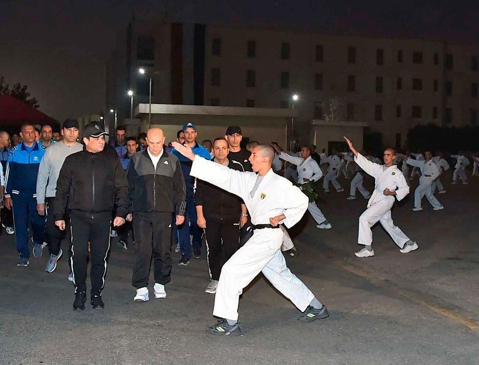 Ас-Сиси на физзарядке курсантов. Фото: АР