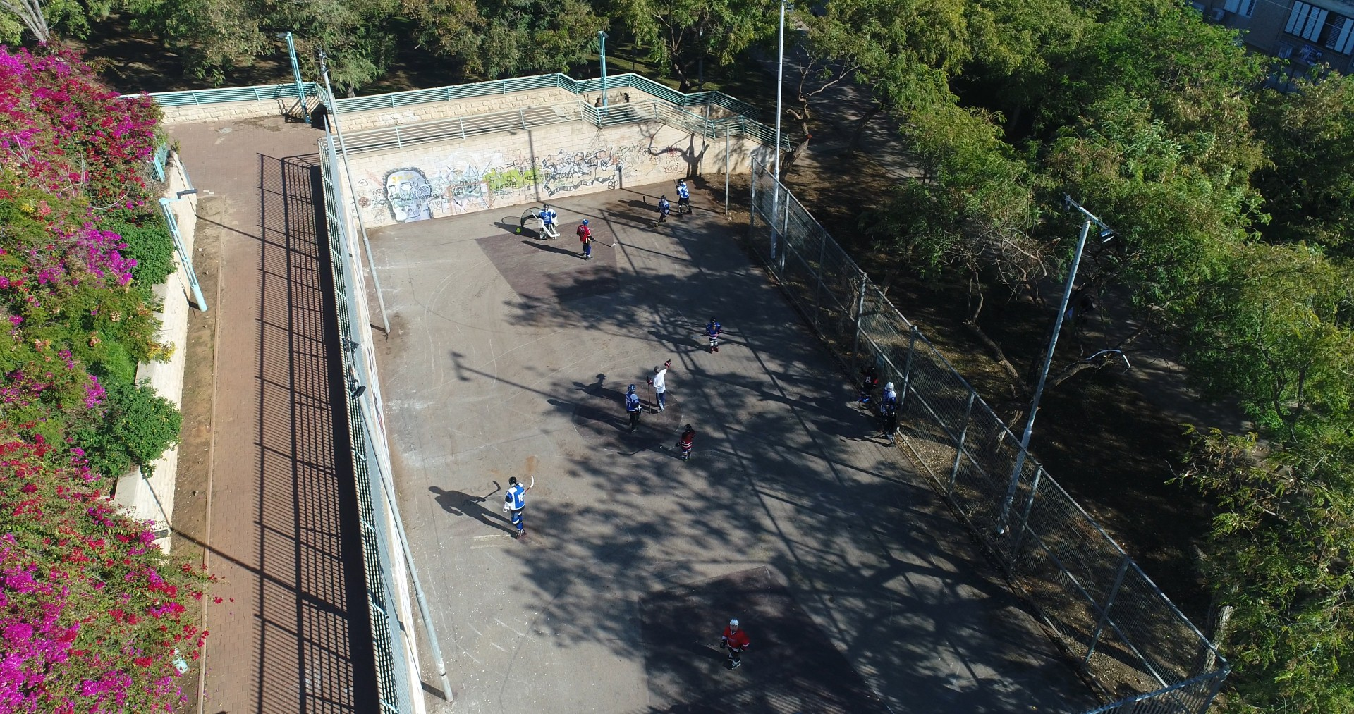 המגרש לפני השיפוץ - אי אפשר להתאמן כאן (צילום: Droneimagebank, אינטרוויזיה הפקות)