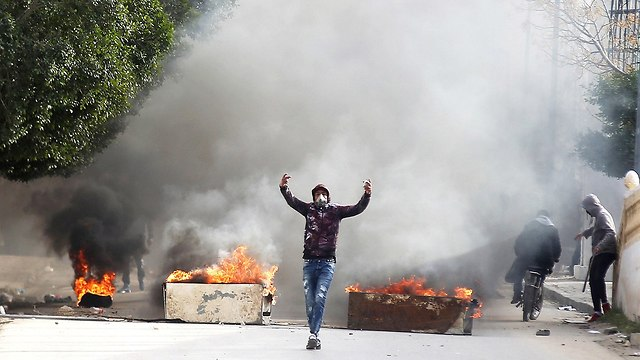 תוניסיה עימותים הפגנות מחאה נגד השלטון קסרין (צילום: רויטרס)