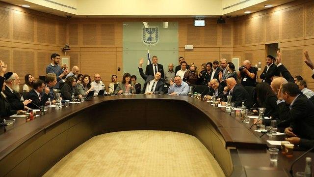ועדת הכנסת בה הועלה חוק פיזור הכנסת לקריאה ראשונה (צילום: אלכס קולומויסקי)