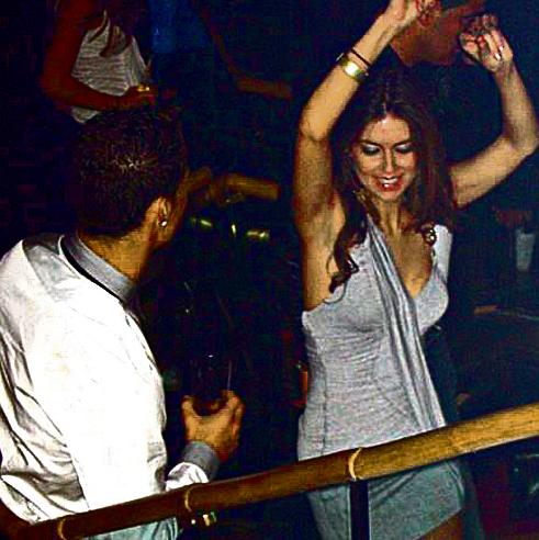 """עם קתרין מאיורגה, מתוך הסרטון של מצלמת האבטחה במועדון בלאס־וגאס. """"הוא משאיר את הטיפול בידיים של עורכי דינו"""""""