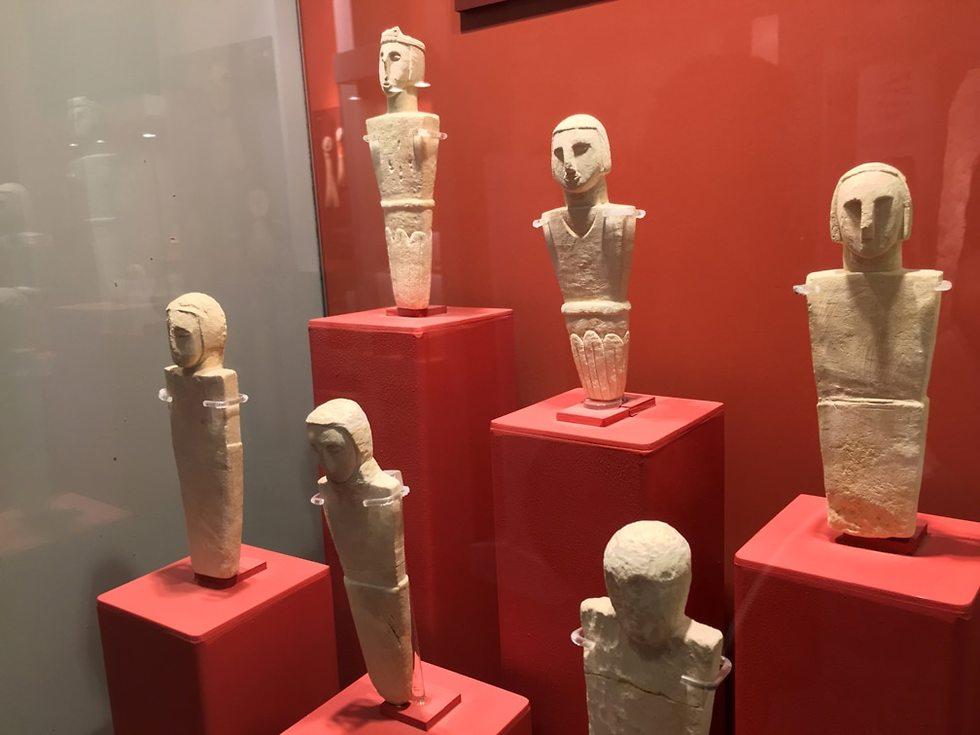 צלמיות מוצגות במוזיאון מקדש ג'גנטייה (צילום: גלעד כרמלי)