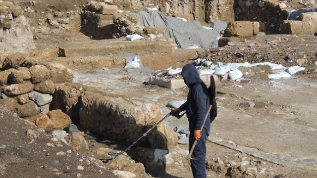 Suspects searching for ancient coins in Hukuk (Photo: IAA's Theft Prevention Unit)