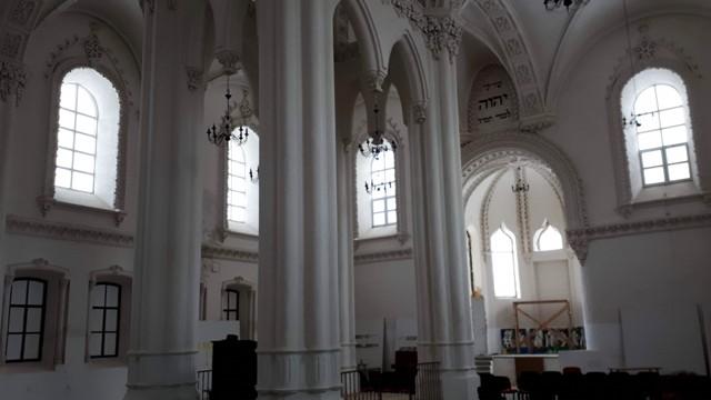 Ремонтирующийся главный зал гродненской синагоги. Фото: Давид Шехтер