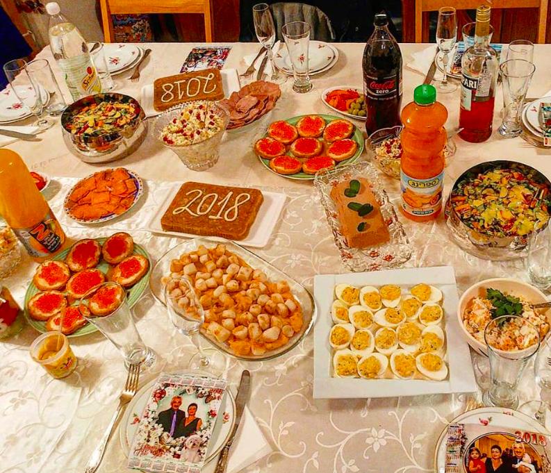 Новогодний стол в доме Аркадия Портного. Фото из личного архива