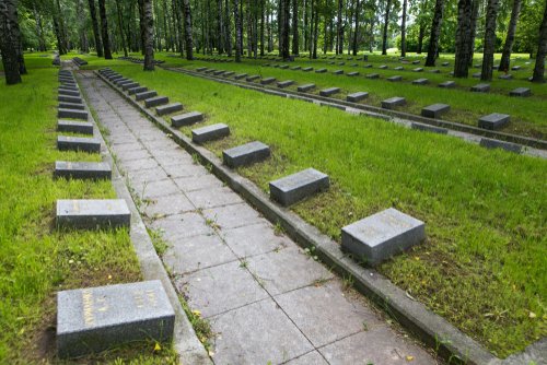 Пискаревское кладбище в Петербурге, где похоронены жертвы блокады. Фото: makalex69 shutterstock