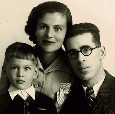 עם הוריו פניה ויהודה אריה קלוזנר