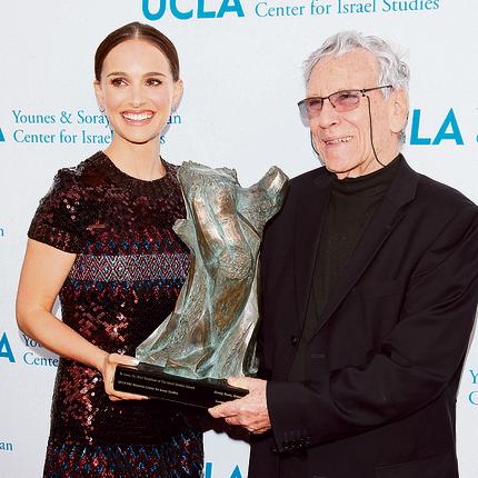 """עם נטלי פורטמן שביימה את """"סיפור על אהבה וחושך"""" בלוס־אנג'לס"""
