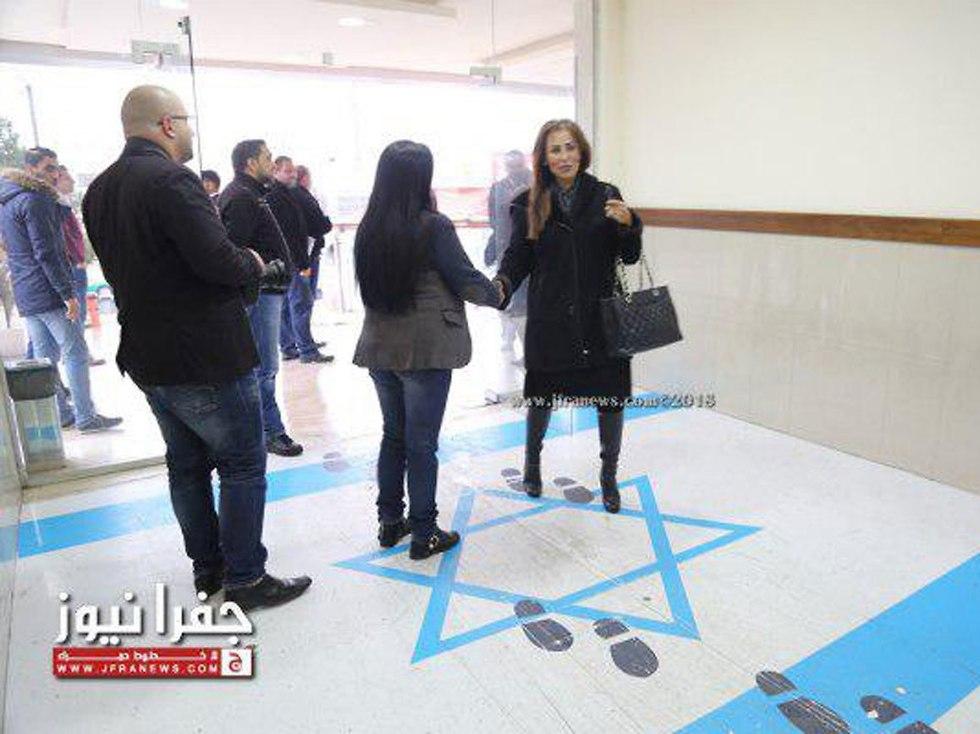 ישראל הגישה מחאה חריפה לירדן לאחר ששרת ההסברה ודוברת הממשלה תועדה דורכת על דגל ישראל (מתוך אתר jfranews)