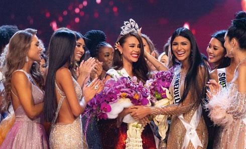 מיס הפיליפינים קטריונה גריי ברגע ההכתרה (צילום: Patrick Prather; Miss Universe)