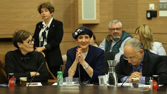 Шули Муалем (в центре). Фото: Амит Шааби
