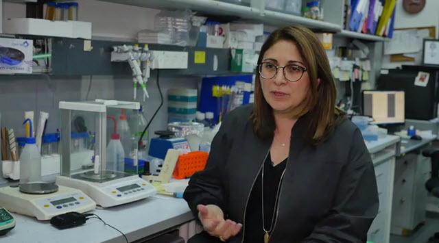 איך החיידקים מתנהגים? פרופ׳ ענת הרשקוביץ במעבדה שלה בפקולטה למדעי החיים באוניברסיטת תל אביב.