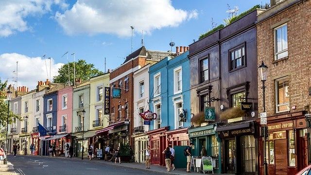 רחוב ובו בניינים צבעוניים בעיר לונדון (צילום: shutterstock)