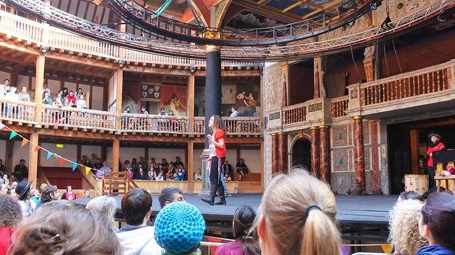 קהל אנשים מביטים על במת תיאטרון (צילום: shutterstock)