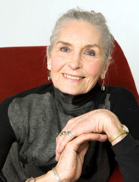 בלי הזרקות או ניתוחים פלסטיים: דפני סלף ממשיכה לדגמן בגיל 90. לחצו על התמונה לכתבה המלאה (צילום: rex/asap creative)