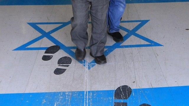 Израильский флаг под ногами иорданцев. Фото: AFP
