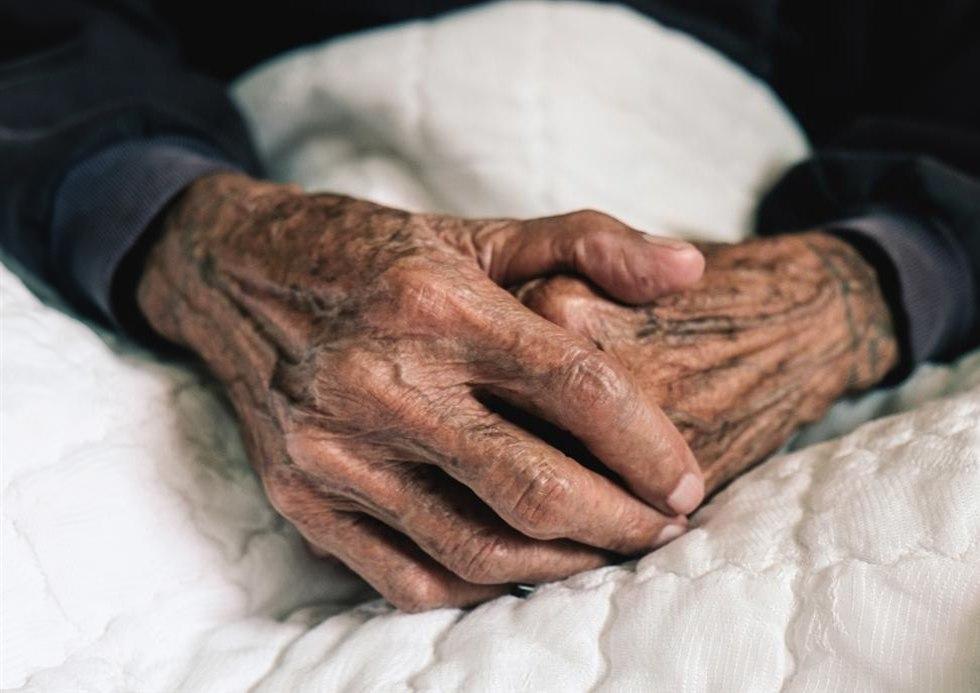 ידיים של איש קשיש ()