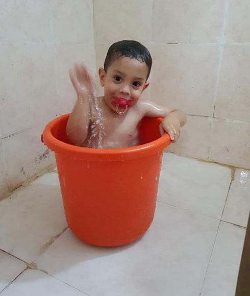 """""""כשלא היו מקלחות מתאימות, רחצנו אותם בדלי"""". הקליקו על התמונה (צילום: Aur Tal)"""