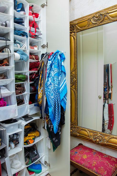 המרכיבים ליצירת הסטים: צעיפים, נעליים וחגורות (צילום: ענבל מרמרי)