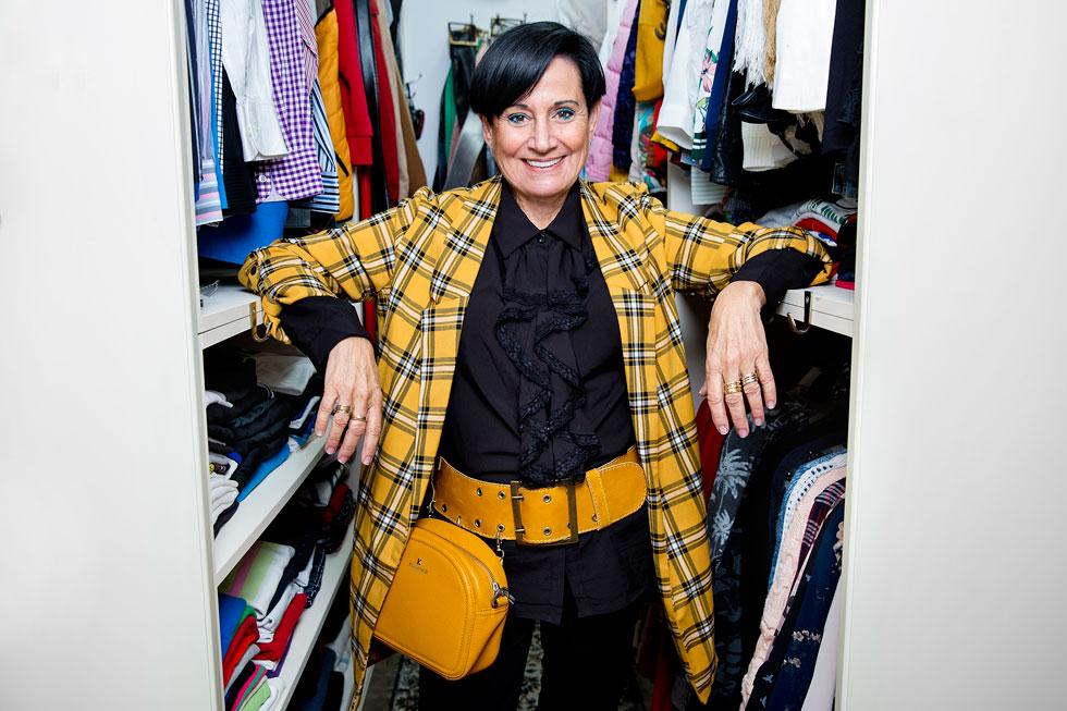 """""""אני לא צריכה יותר להתאים זוג אחד של מכנסי ג'ינס לשלוש חולצות. כך שאם יש לי 80 סטים תלויים בארון – יש לי 80 זוגות מכנסיים שהצטברו עם השנים"""". לסטר וארון הבגדים שלה (צילום: ענבל מרמרי)"""