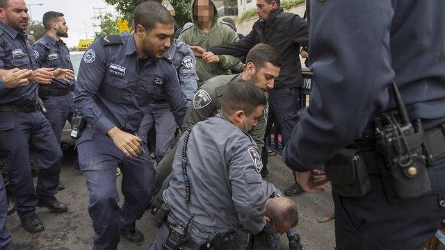נוער הגבעות מתעמת עם שוטרים (צילום: עידו ארז)