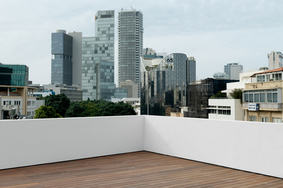 הגג השטוח כבר לא משמש את כל הדיירים, כפי שעקרונות המודרניזם הציעו, אלא מותאם לקפיטליזם של ימינו: גג פרטי (צילום: גדעון לוין)