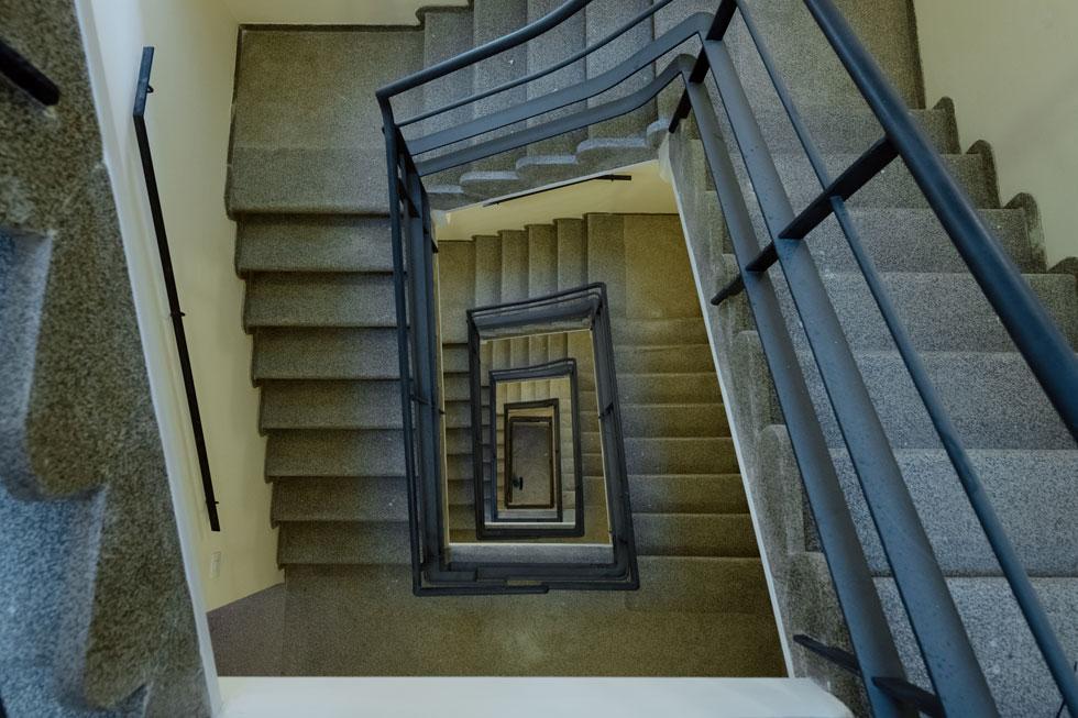 כיום נדיר למצוא חדרי מדרגות כה רחבים בבנייני מגורים, משום שהיזמים מעדיפים למקסם את השטח להגדלת הדירות (צילום: גדעון לוין)