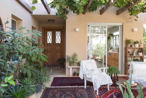 פנימה אפשר להיכנס דרך המטבח, או דרך דלת העץ משמאל (צילום: שירן כרמל)