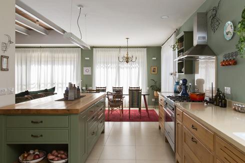 מבט מהמטבח אל פינת האוכל, שמעליה הנברשת מבית סבתא (צילום: שירן כרמל)