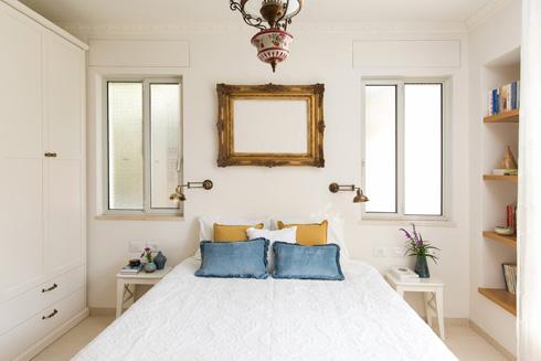 והמסגרת מעל המיטה עדיין מחכה לתמונה המתאימה (צילום: שירן כרמל)