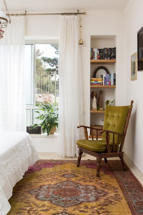 חדר השינה. חפצי נוי רבים הם עבודות יד של אמנים מהסביבה (צילום: שירן כרמל)