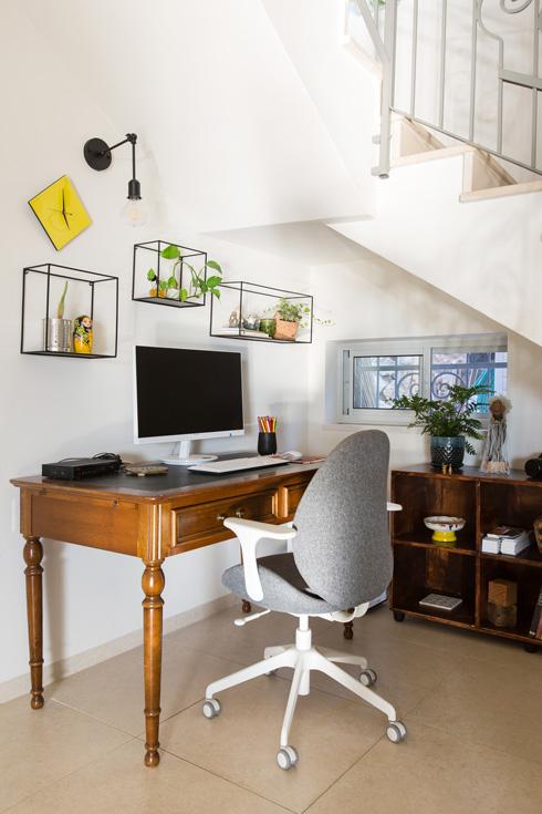 פינת העבודה מתחת למדרגות. שולחן וינטג', כיסא עכשווי ונוח (צילום: שירן כרמל)