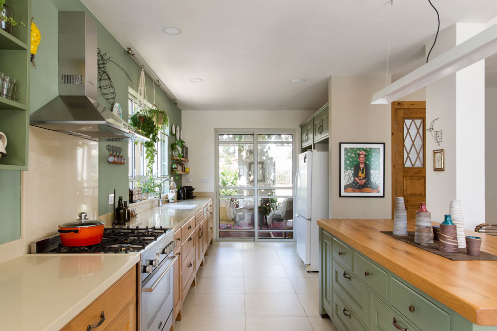 ''ירוק הוא צבע העלים, והשילוב שלו עם פרחים בכל הצבעים תמיד מעולה, מכאן שזה צבע 'נכון' למקום דומיננטי בבית, כמו המטבח'' (צילום: שירן כרמל)