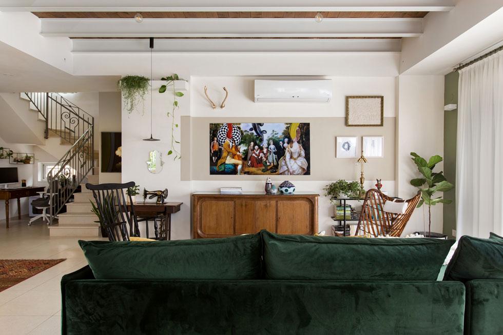 הסלון פונה לציור של תומס רובסון, שבמרכזו סבתא. ''למדתי שגם אם צבע נוכח בעיצוב הפנים באינטנסיביות אין הדבר אומר שהבית המוני, או רועש'' (צילום: שירן כרמל)