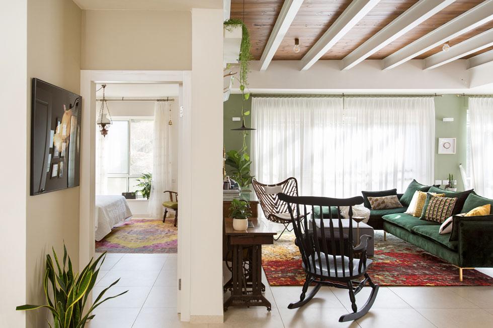 פברמן החליטה למקם את חדר השינה מעברו השני של קיר הסלון, ''מתוך מחשבה שכשהילדים יעזבו את הבית לא אצטרך לטפס אפילו מדרגה אחת'' (צילום: שירן כרמל)