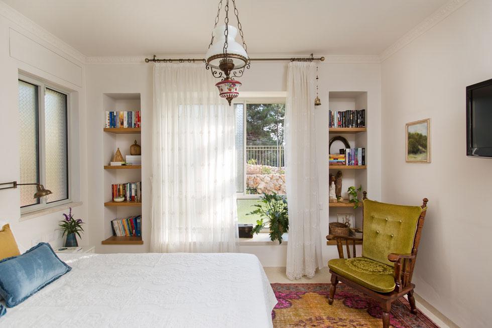 הקיר החיצוני של חדר השינה עובה ל-55 סנטימטרים, כדי ליצור אדן חלון עמוק במיוחד, שמשני צדיו נישות עם מדפים (צילום: שירן כרמל)