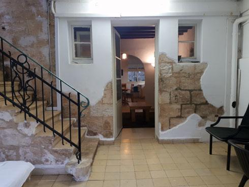 החדר החיצוני בכניסה לבית, שהיה פתוח לרחוב  (צילום: אורן פרבמן)