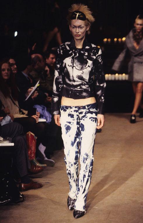 המעצב שחתום על מכנסי הג'ינס הנמוכים. תצוגת אופנה של אלכסנדר מקווין ב-1996 (צילום: rex/asap creative)