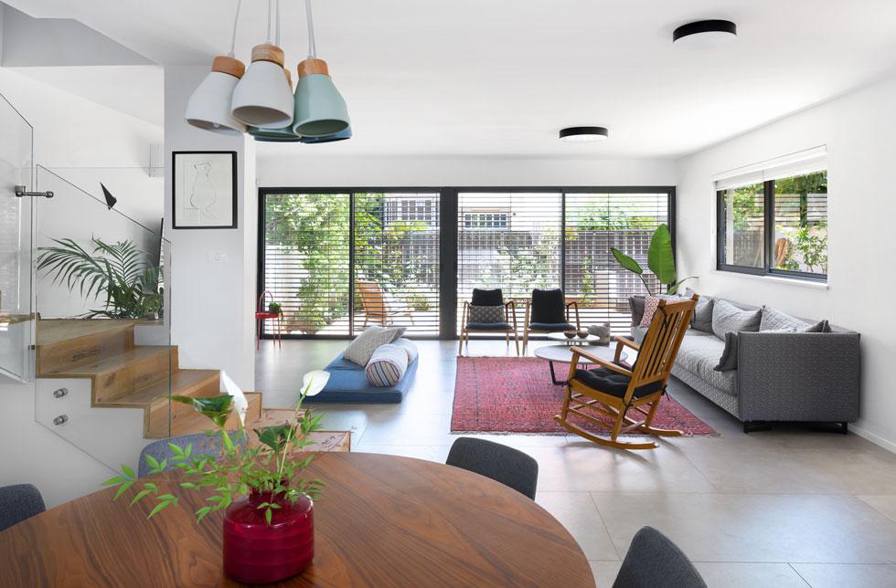 אחרי: הבית נהנה מהמון אור ואוויר בזכות שבירת המרפסות והודות לחלונות הענקיים הממוקמים בשני קצוות הקומה התחתונה (צילום: שי אפשטיין)