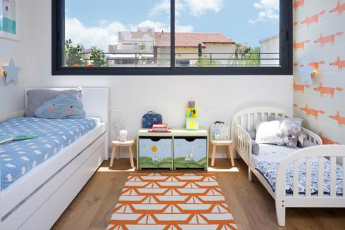 בחדרי הילדים נשמר בסיס בהיר ונקי, כשזריקות הצבע מתבטאות בפריטים שאפשר להחליף (צילום: שי אפשטיין)