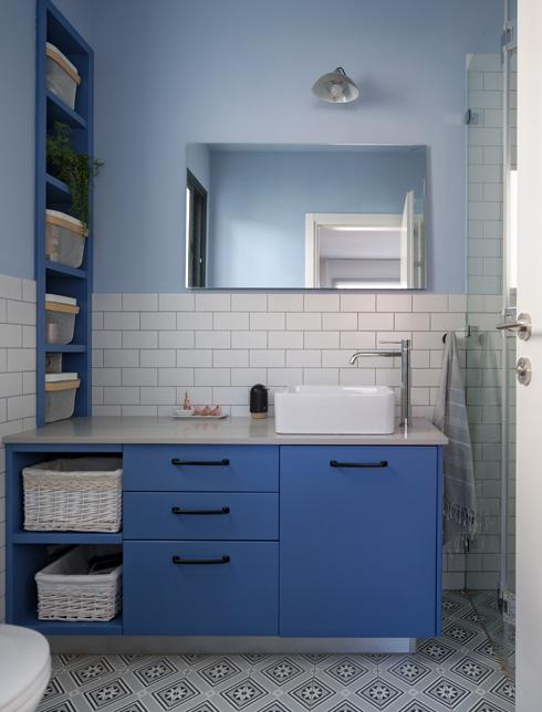בחדר הרחצה הזוגי שולט הצבע הכחול (צילום: שי אפשטיין)