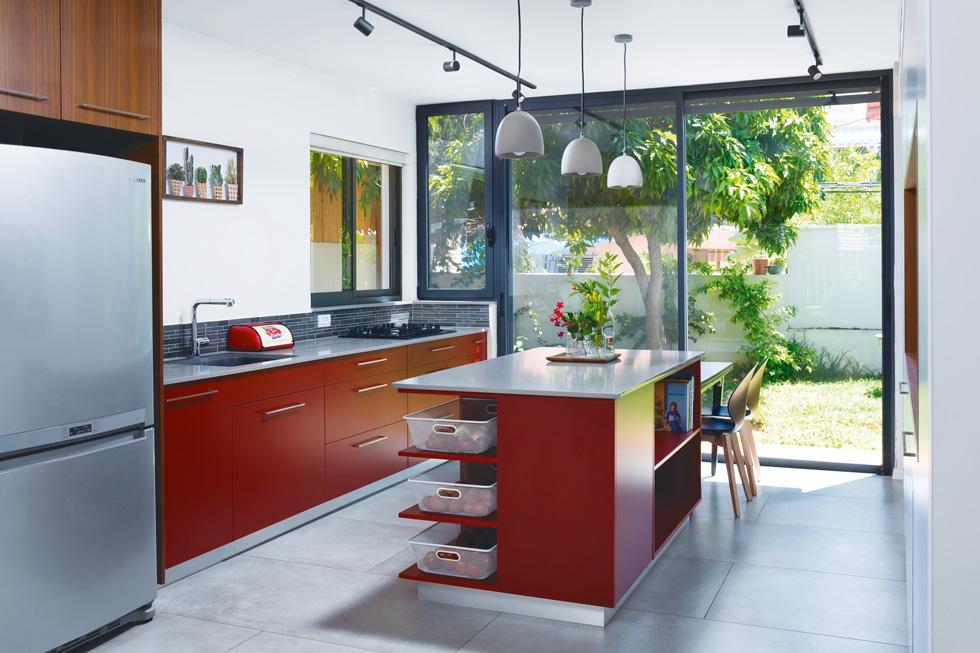 המטבח משקף את סקאלת הצבעים של כל הבית (צילום: שי אפשטיין)