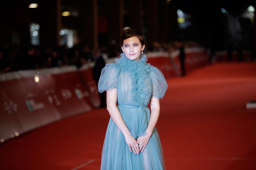 קיילי ספייני. שומרת על ניגוד בין השיער הנערי לשמלות ערב נשיות (צילום: AP)