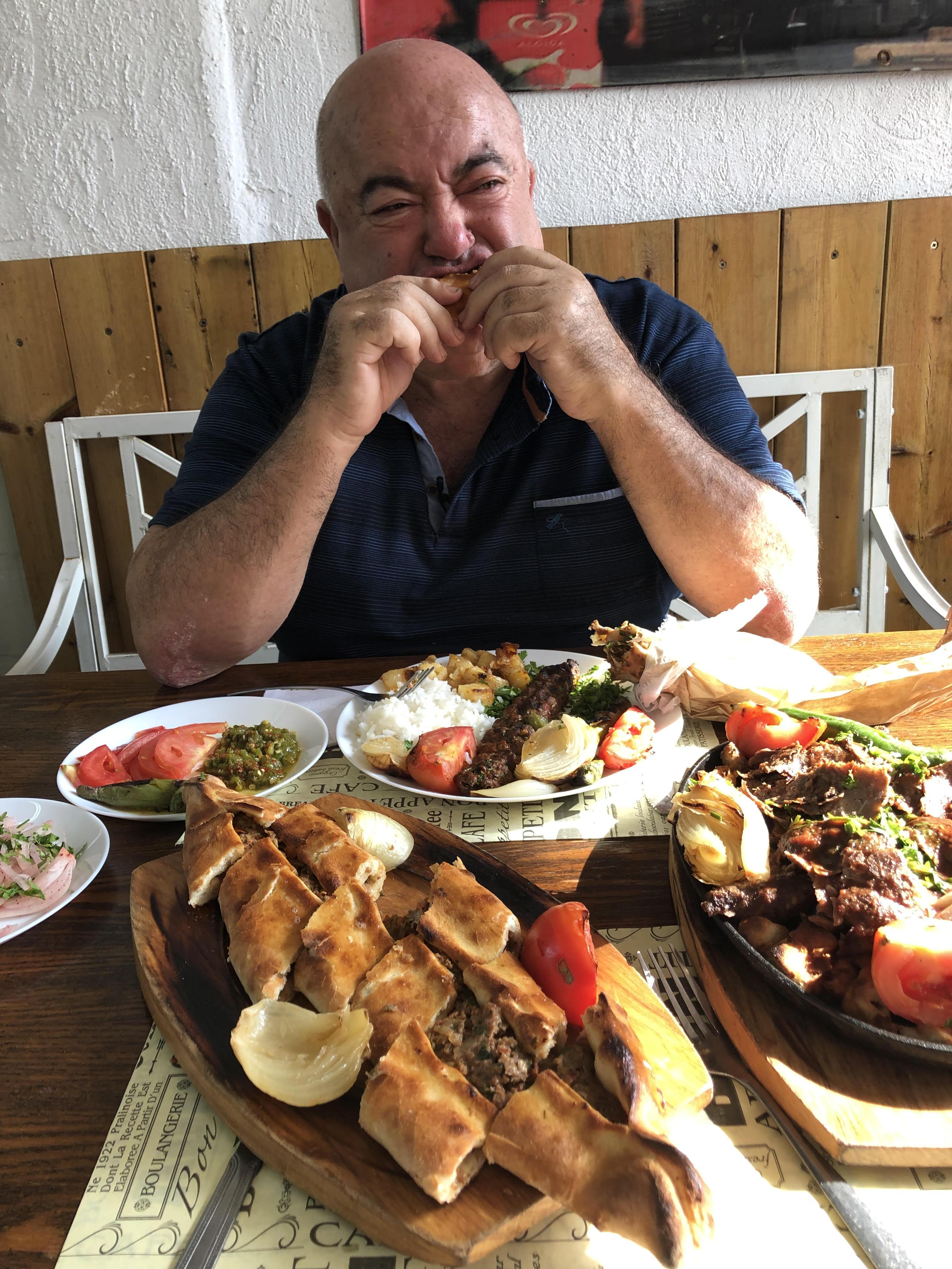 דוקטור שקשוקה זולל אוכל רחוב טורקי (צילום: תיקי גולן)