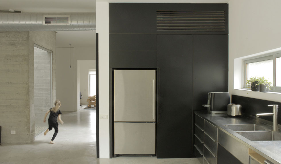 ''אני אוהבת שבבית שתכננתי, גם כשהוא עירום, בלי שטיח ובלי תמונה על הקיר – נכנסים אליו והוא עובד, הוא נעים, לא כזה שצריך 'לסדר' ו'להלביש'' (צילום: באדיבות studio id253)